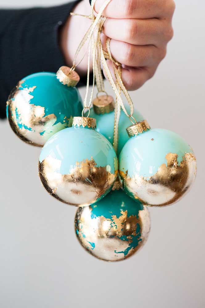 Os detalhes podem fazer uma enorme diferença na personalização das bolas de natal.
