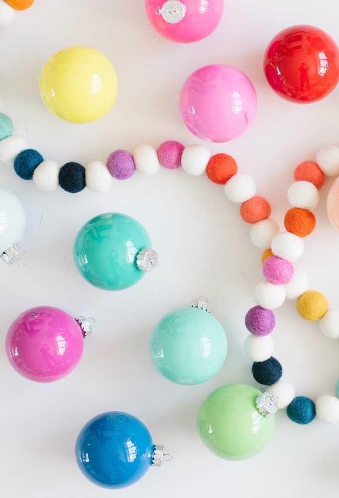 Bolas de natal coloridas para enfeitar suas bijuterias.