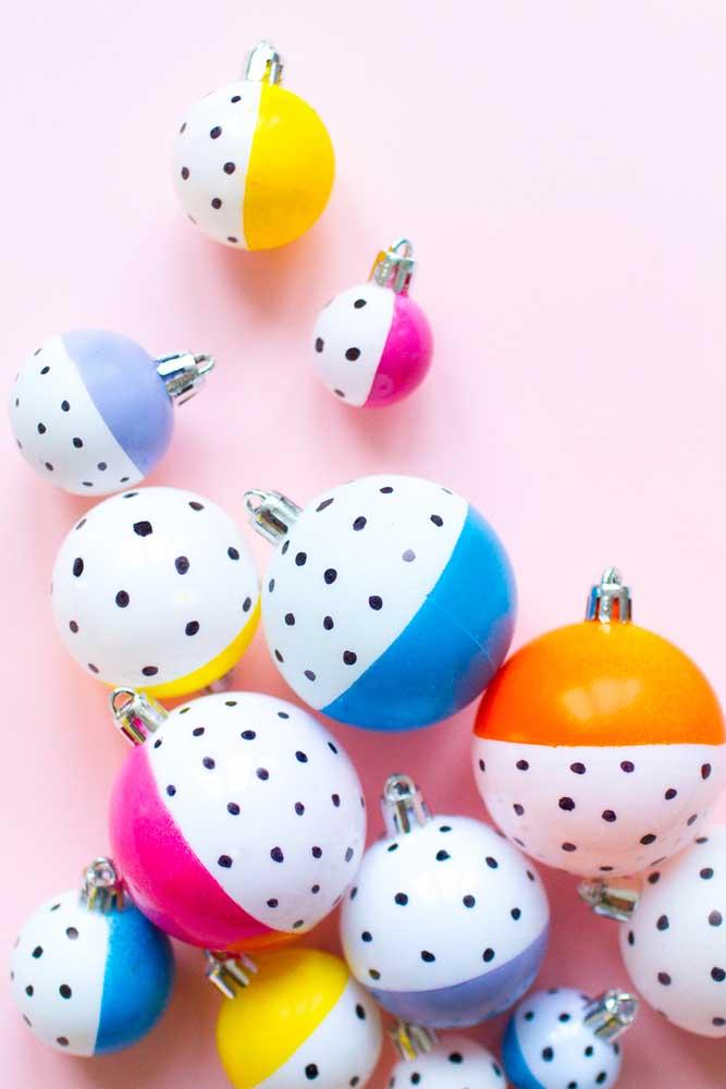 Use bolas de natal de diferentes tamanhos na hora de decorar a sua casa.