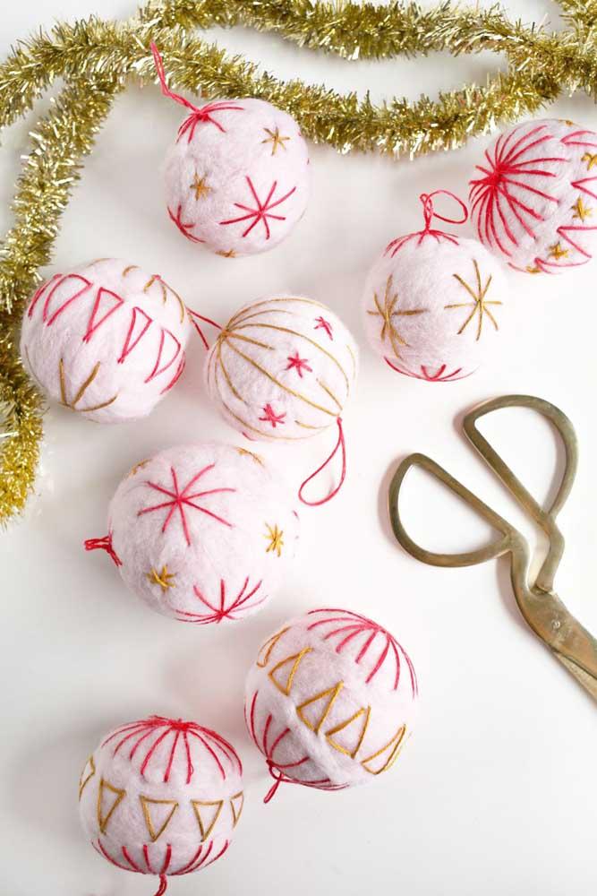 O que acha de colocar a mão na massa e fazer você mesmo as bolas de natal decoradas?