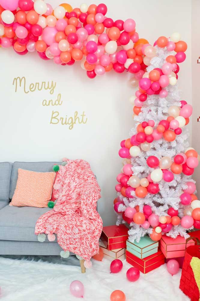 Veja como é possível enfeitar a árvore de natal com bolas feitas de balões desconstruídos.