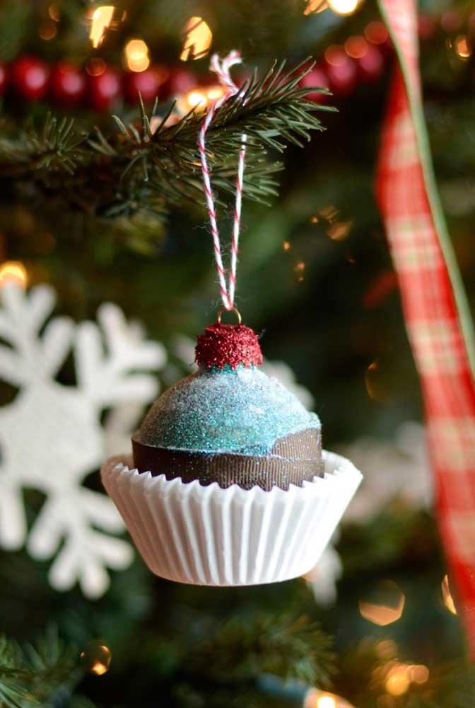 Para deixar os convidados com água na boca, enfeite a árvore de natal com docinhos.