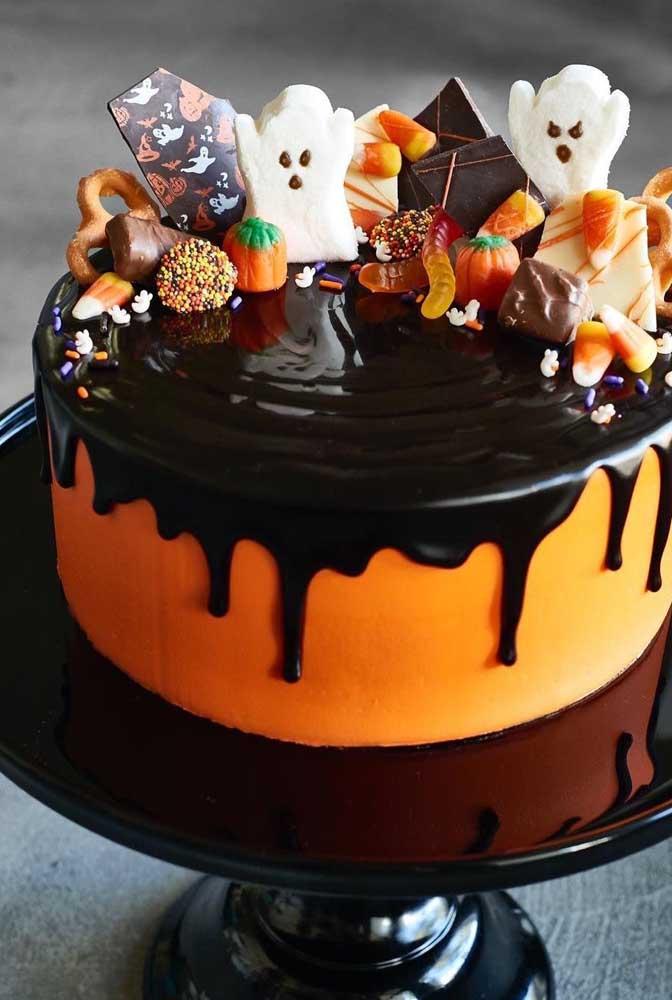 No bolo tema halloween você pode colocar vários elementos decorativos no topo.