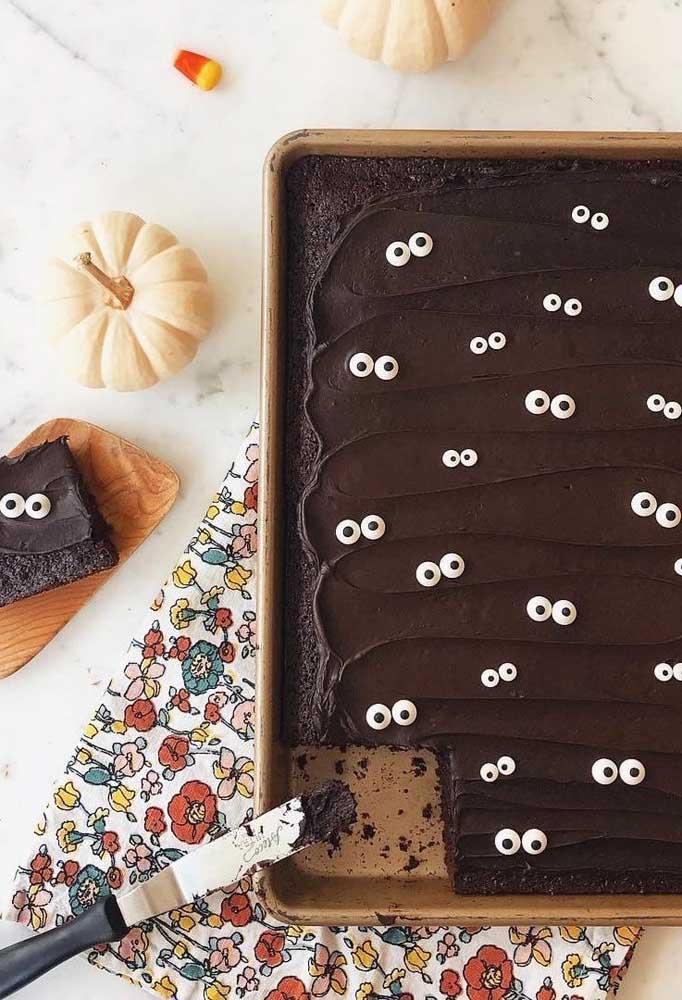 Se você prefere algo mais comum pode fazer um bolo halloween simples.