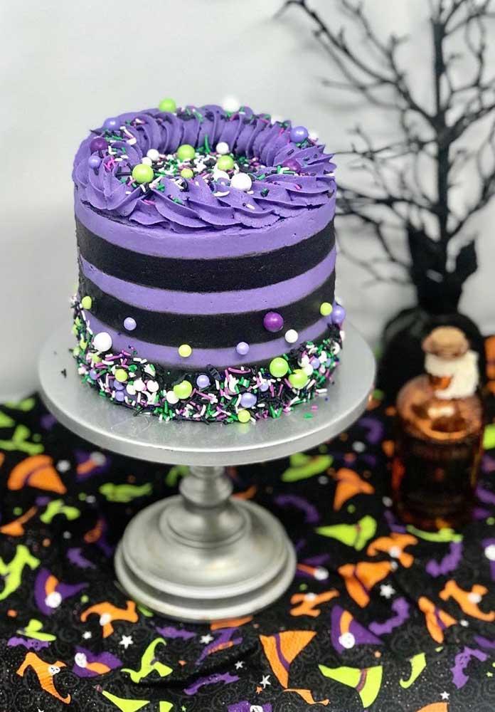 Cores como roxo e laranja não podem faltar na decoração e nem no bolo da festa halloween.
