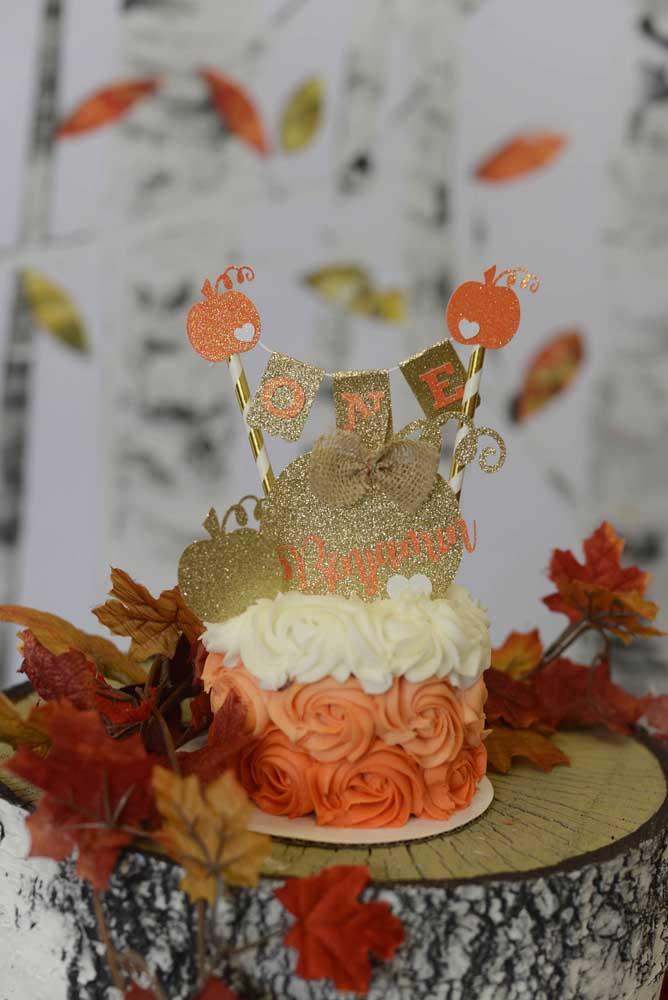 É possível também fazer um bolo mais sofisticado, rico em detalhes e com belas cores.