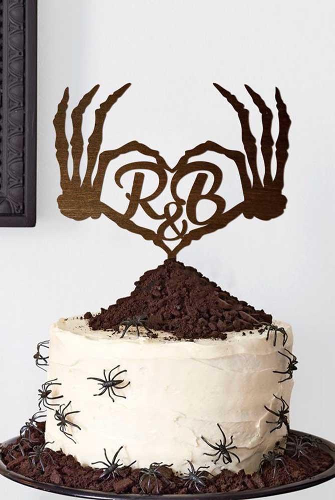 Capriche nos itens que serão colocados no topo do bolo halloween.