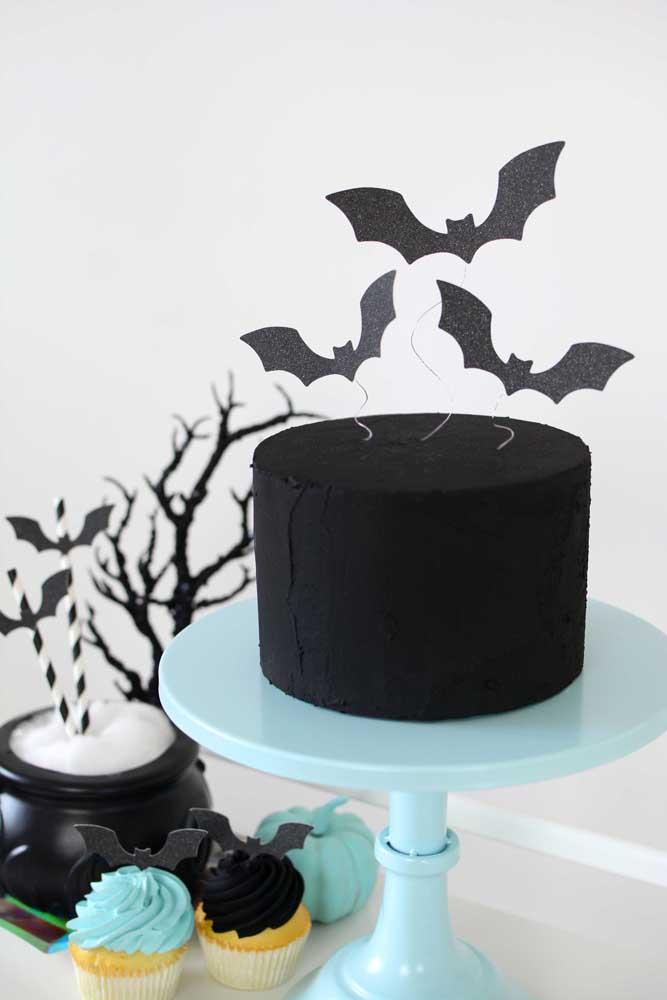 Se for um bolo todo preto, nada melhor do que colocar vários morcegos no topo.
