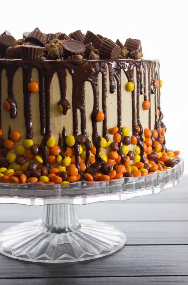 Para deixar o bolo halloween mais delicioso, acrescente guloseimas.