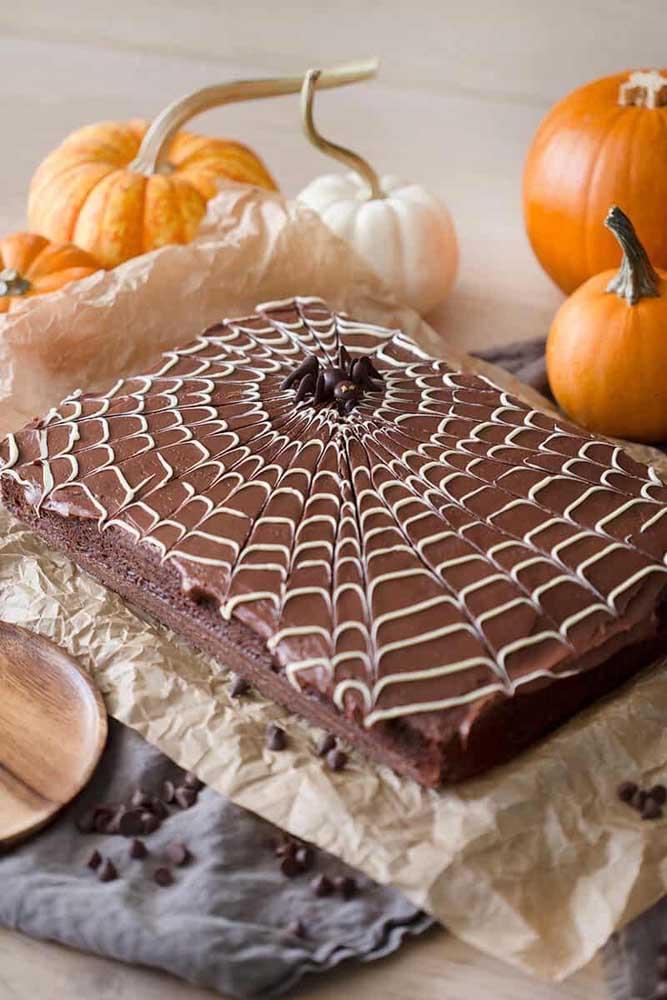 Aposte no bolo simples, prático e delicioso para comemorar o dia das bruxas.