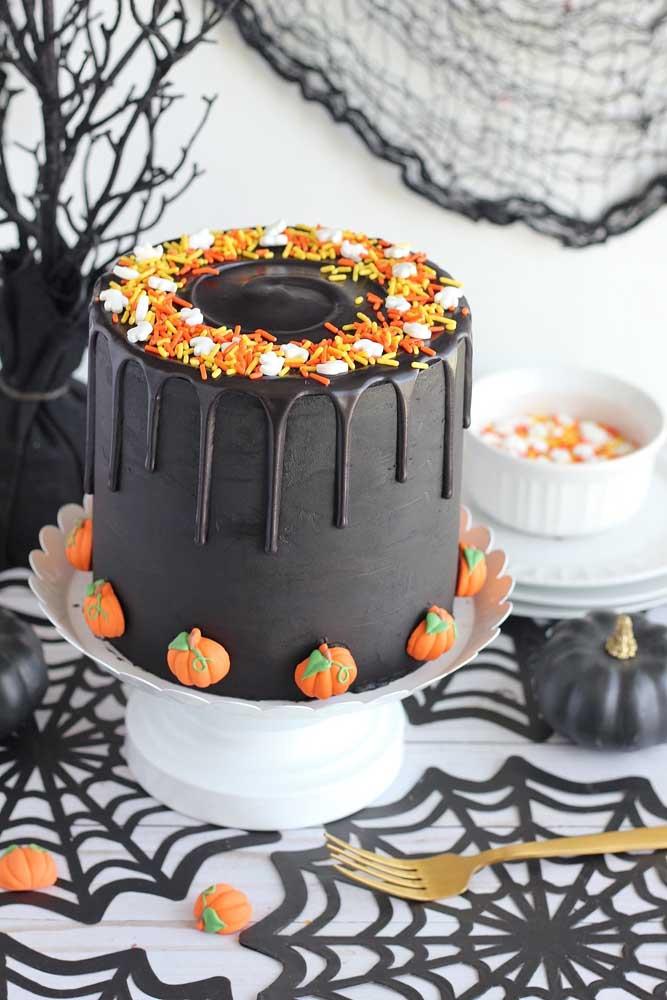 Que tal fazer um bolo preto com detalhes na cor laranja para lembrar a abóbora?