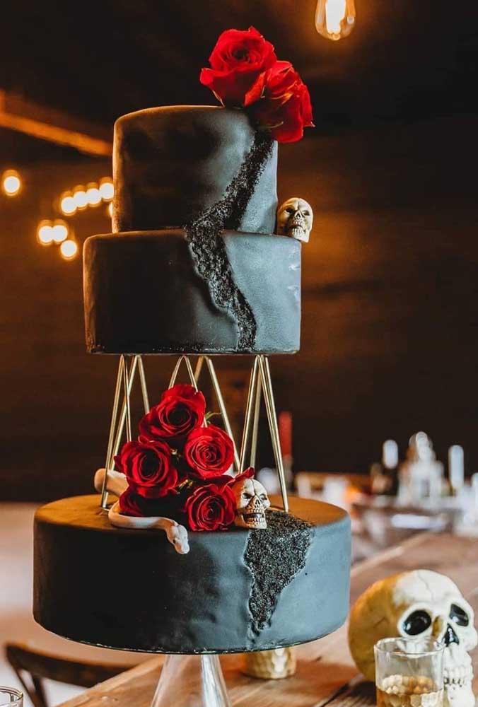 Quem disse que não dá para fazer um bolo fake halloween com andares?