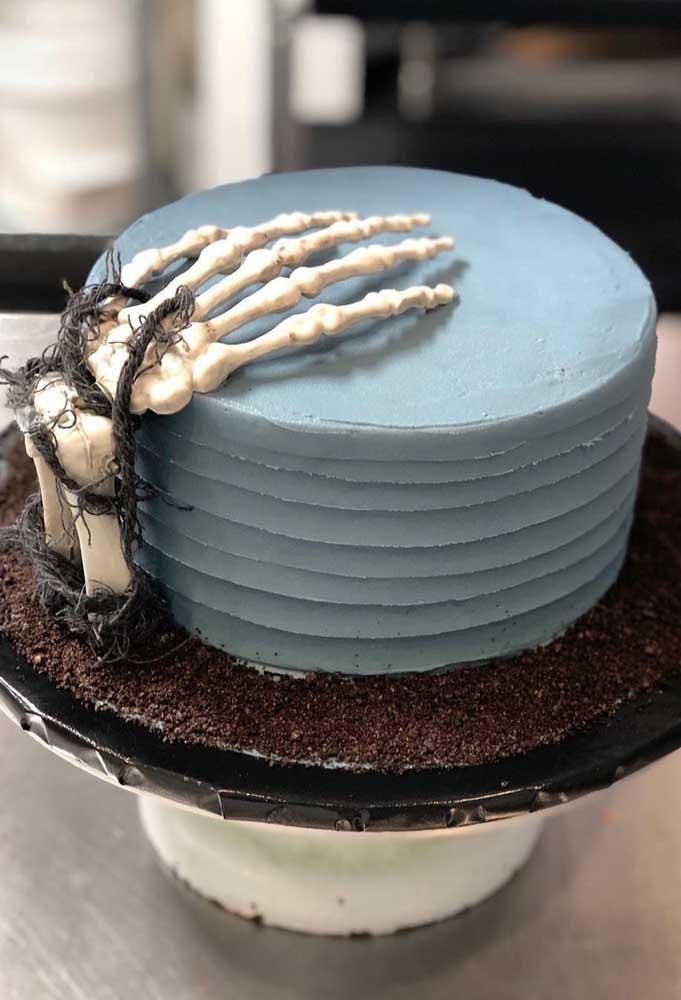 O detalhe surpreendente do bolo halloween fica por conta da mão de caveira.