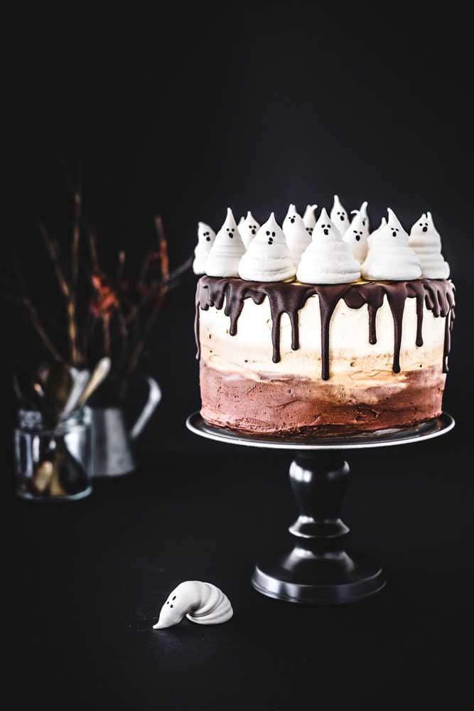 Você pode fazer um bolo halloween chantilly delicioso para seus convidados.