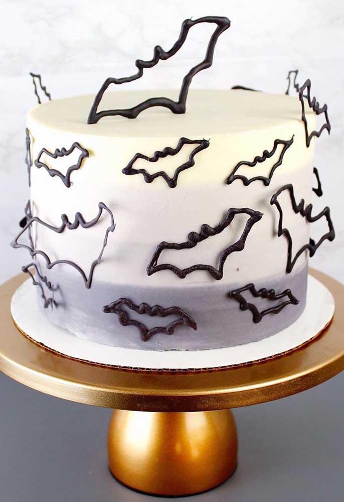 Coloque morcegos feitos de chocolate em todo bolo halloween.