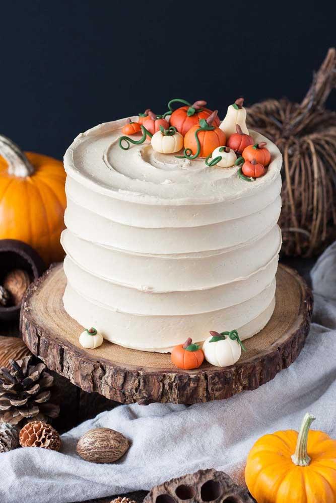 Com a pasta americana você consegue fazer esse efeito no bolo halloween e ainda complementar com elementos decorativos no topo.