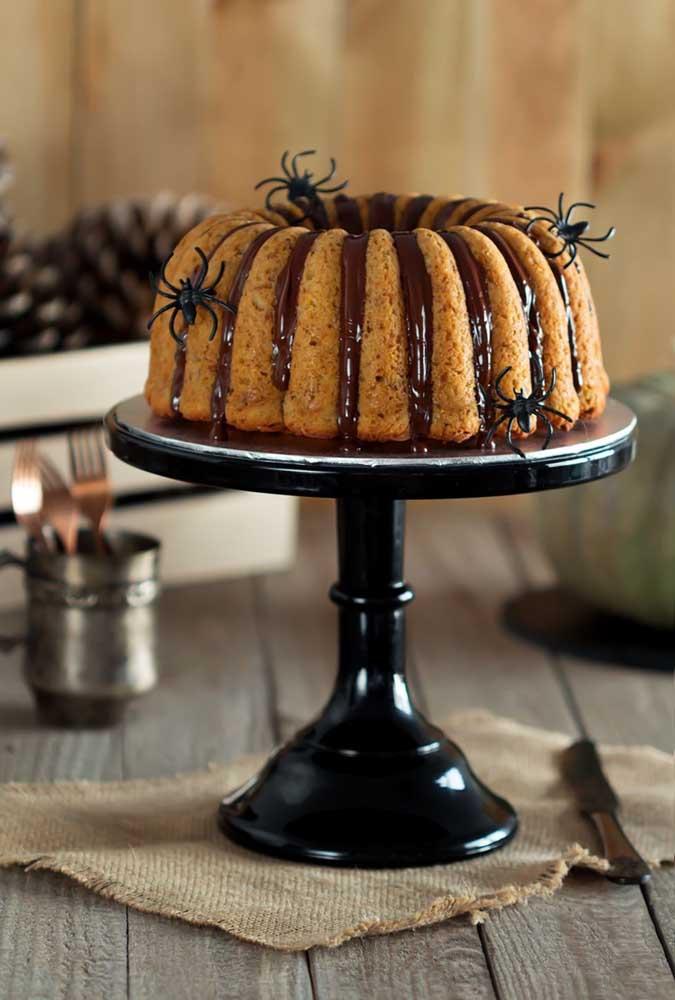 Coloque aranhas comestíveis no bolo halloween.
