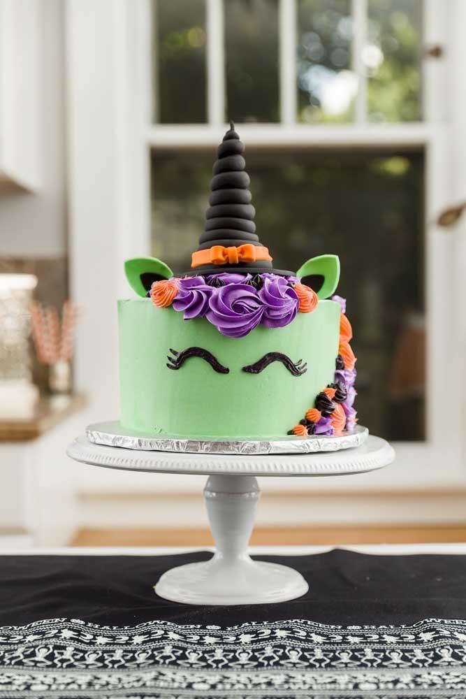 Agora se a intenção é algo mais divertido e infantil, aposte no bolo unicórnio bruxinho.