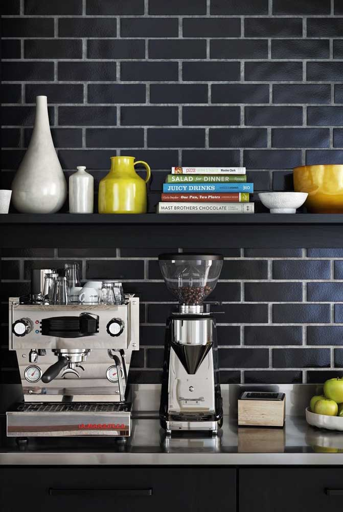 A máquina de café e cafeteira são itens que não podem faltar no cantinho do café.