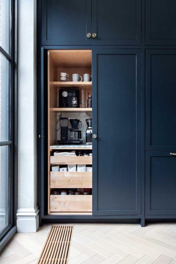 Um cantinho do café escondido dentro de um armário, já pensou?
