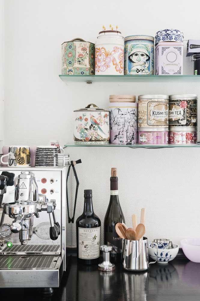 Potes coloridos e personalizados para a decoração cantinho do café.