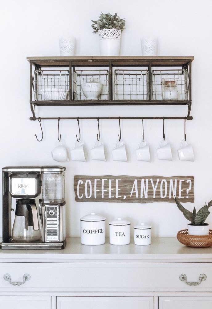 Mas o cantinho do café na bancada da cozinha você tem mais espaço para organizar tudo.