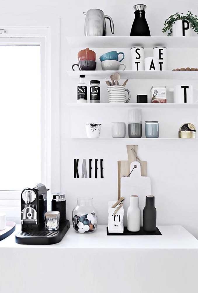 Mas que tal aproveitar todos os itens e fazer um cantinho do café na cozinha?