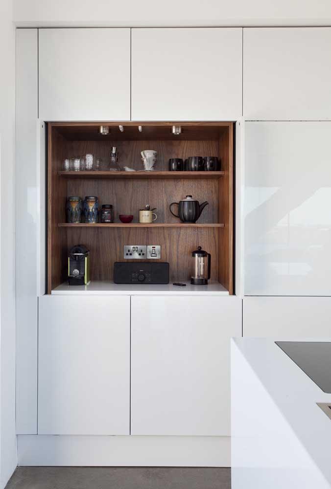 É possível fazer o cantinho do café dentro daquele armário da cozinha.