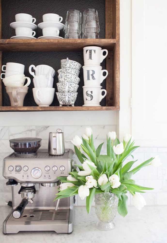 As prateleiras e nichos são perfeitas para garantir um cantinho do café suspenso.