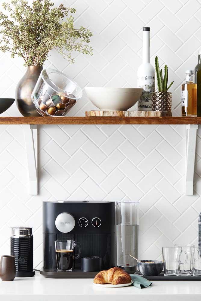 Uma boa ideia é acrescentar prateleiras para organizar os itens do cantinho do café.