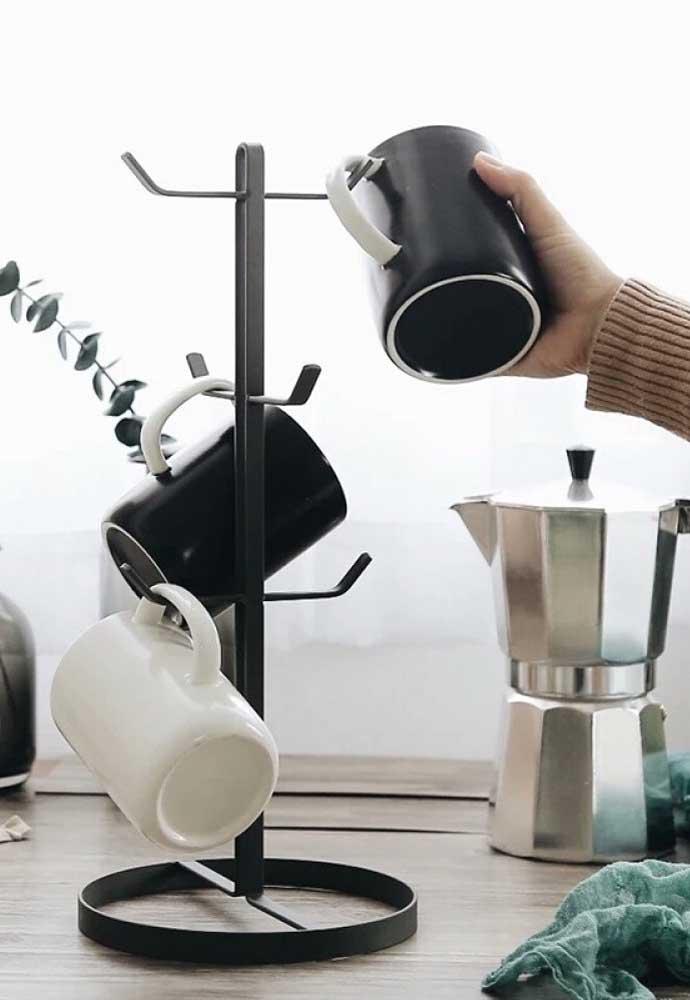 Existem suportes apropriados para você pendurar as canecas e xícaras.