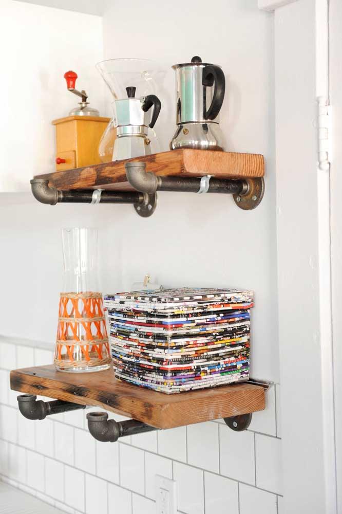 Reaproveite materiais como madeira e canos que você não usa mais.