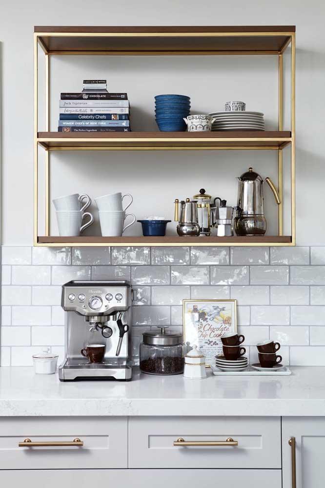 No mesmo espaço você pode organizar as xícaras e os livros.