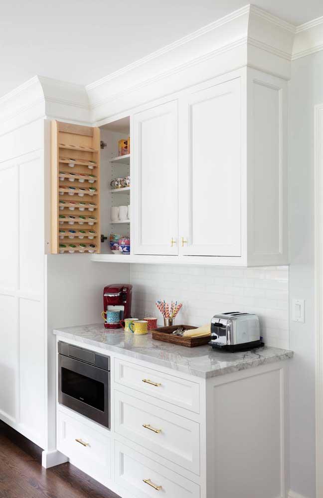 Aproveite o espaço do armário para organizar os itens do café.