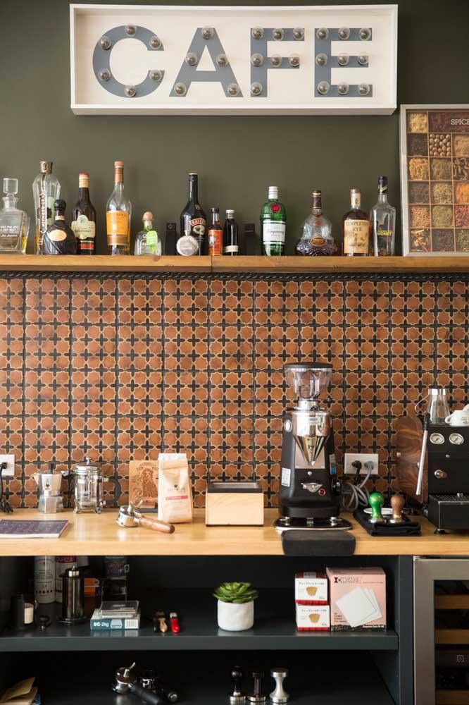 Café e bar no mesmo lugar.