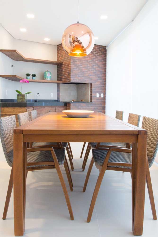 Mais uma opção de modelo de churrasqueira de tijolo com bancada para você se inspirar.