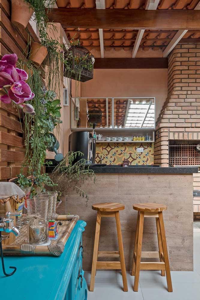Uma churrasqueira de tijolo pode deixar o ambiente mais rústico.