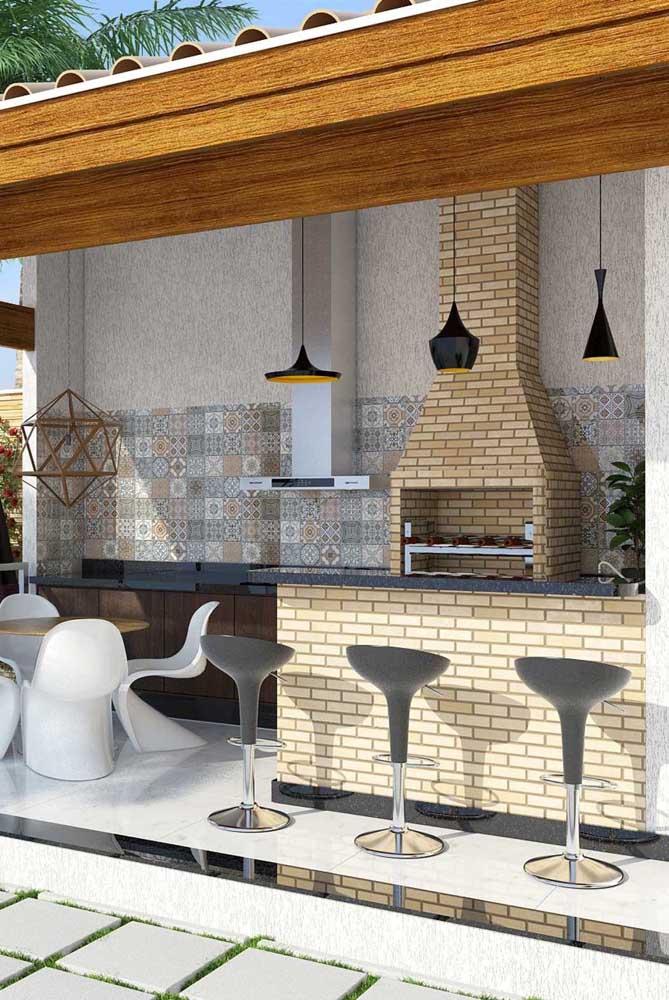Para fazer uma decoração mais estilosa, você pode colocar azulejos na parede.