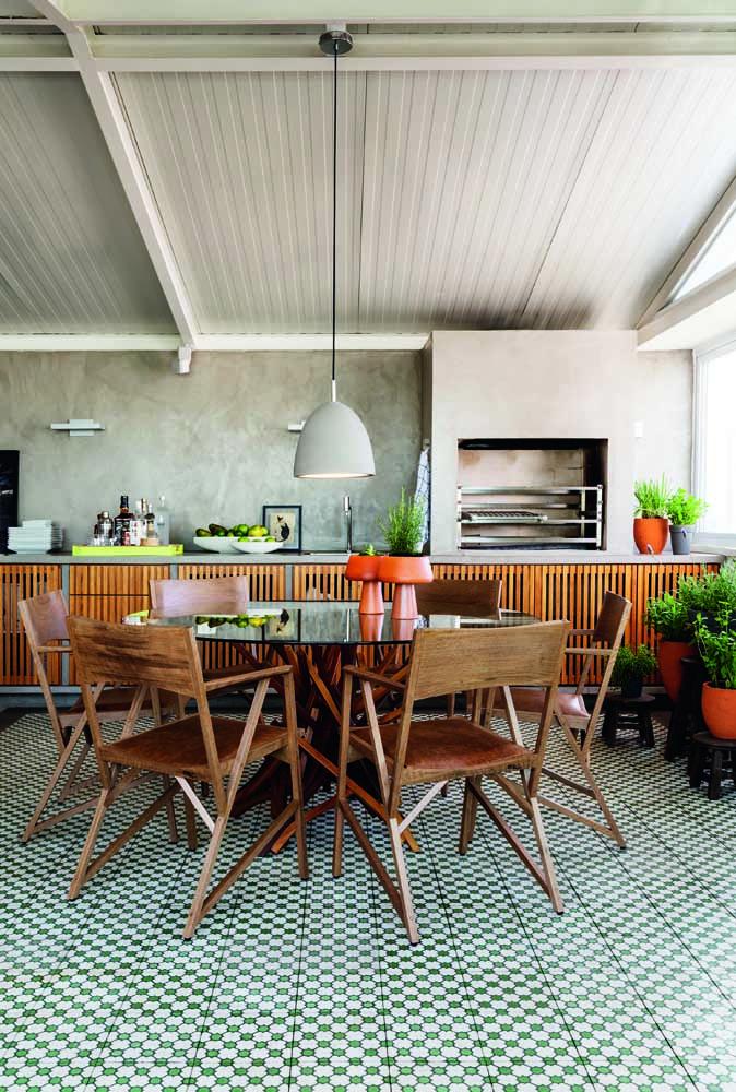 Você pode fazer uma churrasqueira de tijolo com bancada e deixar o ambiente todo estiloso.