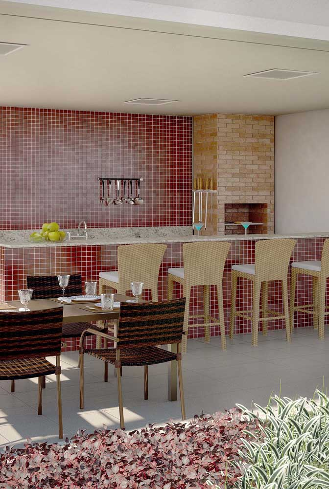 Olha que combinação perfeita da churrasqueira de tijolo com o revestimento da parede.