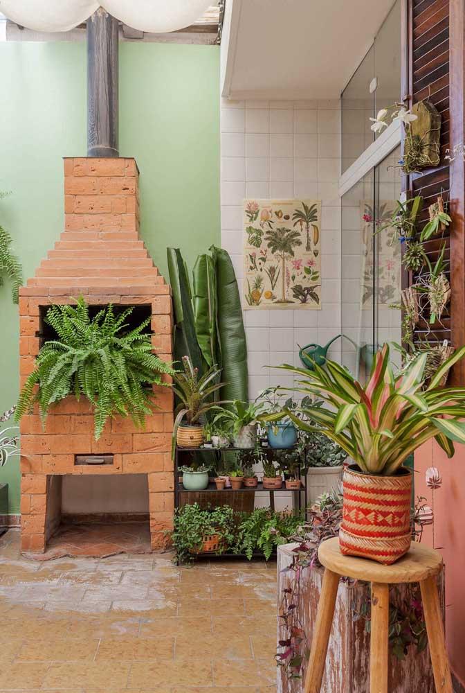 A churrasqueira de tijolo pode se transformar no cantinho para as plantas.