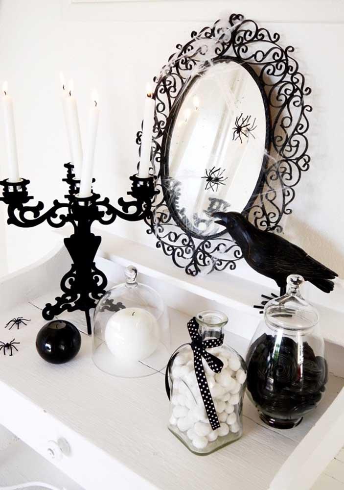 Use objetos antigos para decorar a festa Halloween.