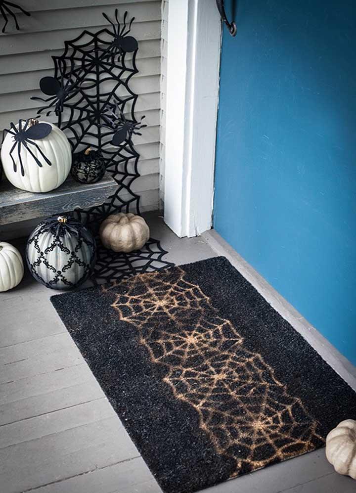 Faça uma decoração com teia de aranha e alho.