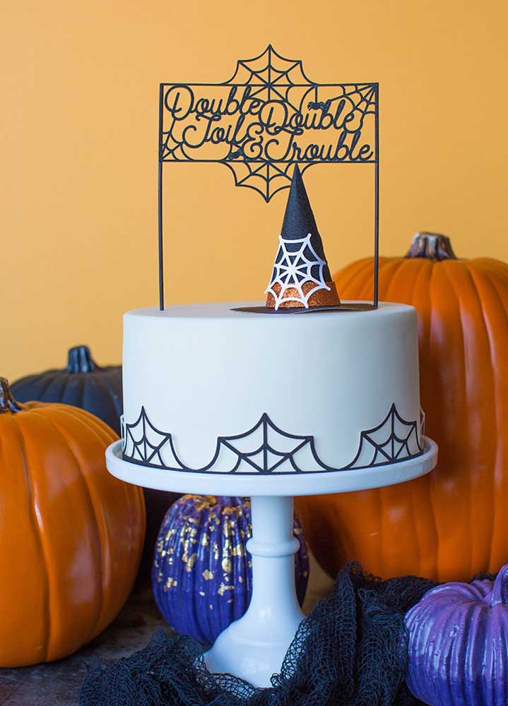 Coloque o chapéu de bruxa no topo do bolo.