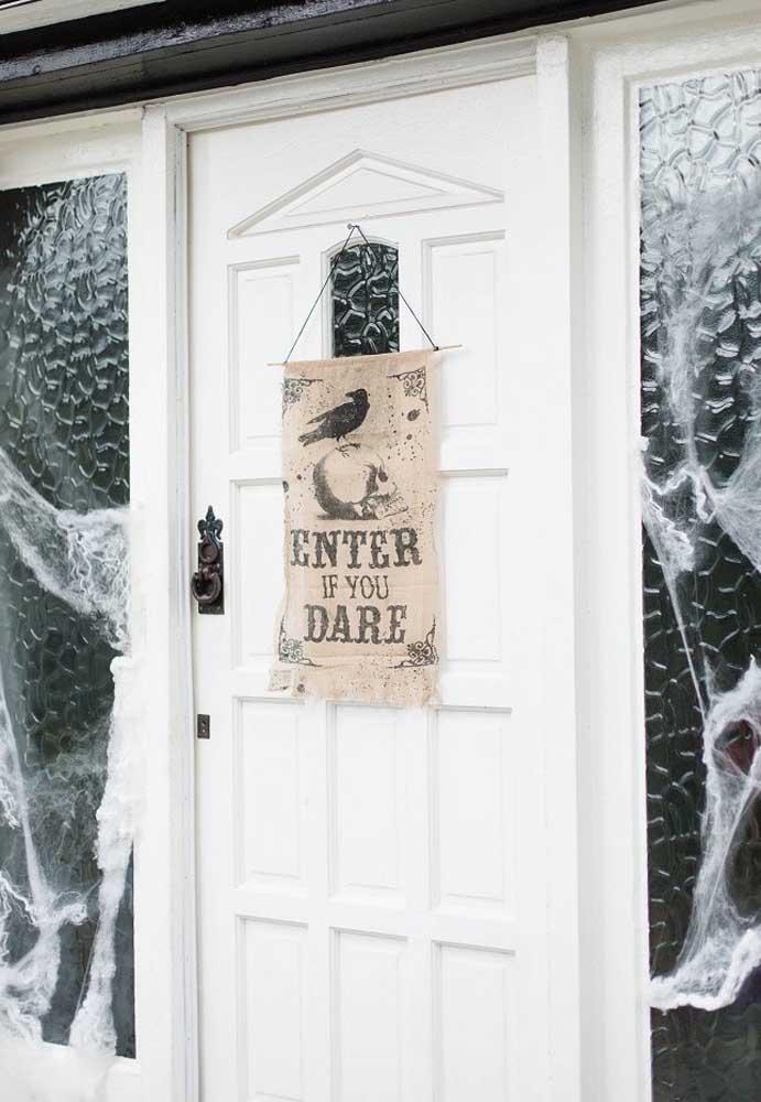 Para entrar no clima Halloween desde a entrada da casa.