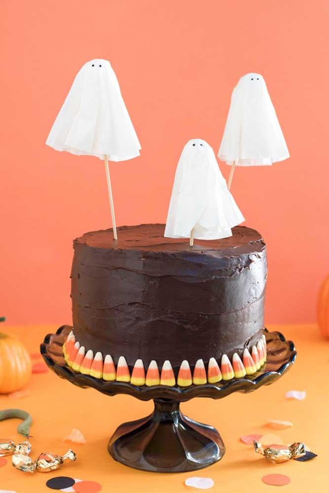 O que acha de colocar fantasmas no topo do bolo Halloween?