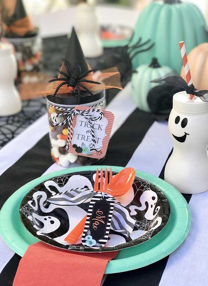 Reúna vários elementos decorativos na mesa de aniversário.