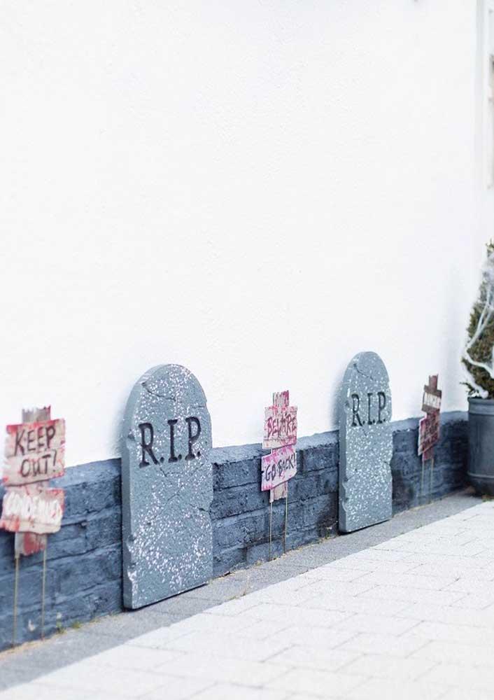 Sabe aquelas lápides de túmulos? Que tal colocar na sua festa?