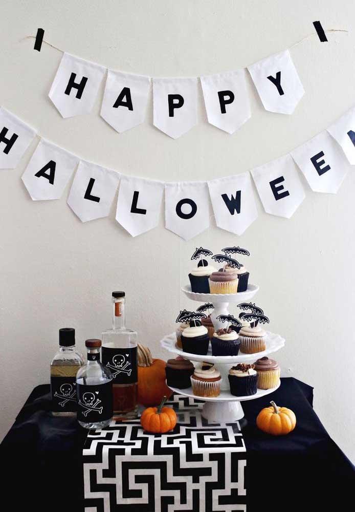 Decoração nas cores preta e branca para comemorar o Dia das Bruxas.