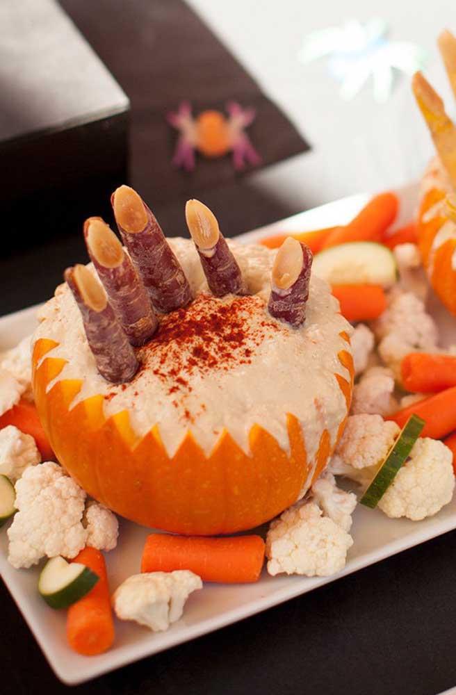 Escolha comidas que sejam possíveis de personalizar com o tema Halloween.